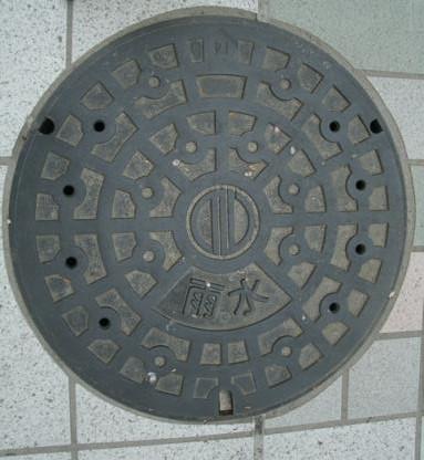 鋳鉄製マンホール蓋の写真